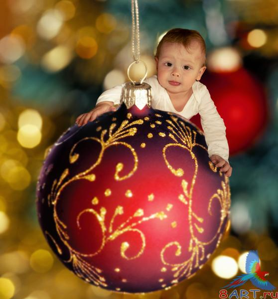 ��������� ������ ��� ������� ������ / One year old kid on a Christmas tree ball